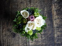 お誕生日の女性へタルト型アレンジメント。「白~グリーン、ナチュラル、少し色入れて」。2018/07/06。 - 札幌 花屋 meLL flowers