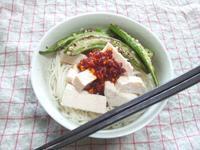 鶏ハムと焼きオクラのせ素麺、食べるラー油風味 - Minha Praia