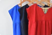 赤いリネンワンピースを製作中です。 - 親子お揃いコーデ服omusubi-five(オムスビファイブ)