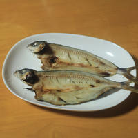 飛び魚の干物 - 「 ボ ♪ ボ ♪ 僕らは釣れない中年団 ♪ 」