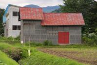 段違い屋根の納屋 - inside out