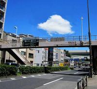 白い雲が、歩道橋を渡ってる~ - のんびり街さんぽ