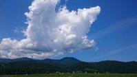 夏の雲が青い空にやってきました。 - 百笑通信 ブログ版