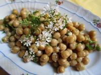 ひよこ豆とコリアンダーのサラダ et 小さい花々の蕾 - フランス Bons vivants des marais
