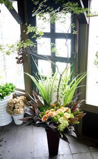 西区八軒3条にオープンのケーキカフェにアレンジメント。2018/07/09。 - 札幌 花屋 meLL flowers
