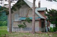 二階の窓が塞がれている家 - inside out