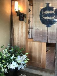 カサブランカの花束「20年振りの友人が両手いっぱいに抱えて・・・」編 - 納屋Cafe 岡山