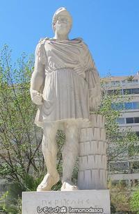 アテネ市庁舎の脇に立つペリクレス - 日刊ギリシャ檸檬の森 古代都市を行くタイムトラベラー