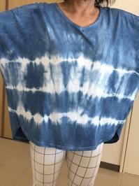 TYさんの藍絞り染めTシャツ。冷房対策に虹染めレッグウォーマーが大活躍中です。 - 手染めと糸のワークショップ