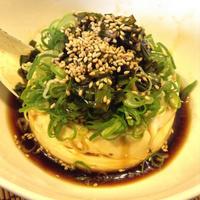 寄せ豆腐にニラ醤油ぶっかけ 食欲が引きずり出されついでに駅で大盛り天ぷらうどんを食う馬鹿 - 線路マニアでアコースティックなギタリスト竹内いちろ@四日市