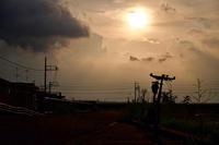 雨雲から逃げて夕陽と出会う - 空のむこうに ~自転車徒然 ほんのりと~