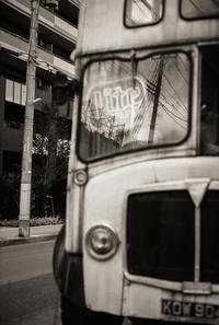 回想する住宅地の廃バス - Film&Gasoline
