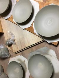 八寸皿をひたすら引き、七寸皿も引き! - 陶芸ブログ 限 無 窯    氷裂貫入青瓷の世界