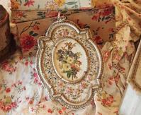 パリの蚤の市からジャンボリーへ*薔薇の刺繍飾りのフレームと薔薇の花カゴ柄生地 - BLEU CURACAO FRANCE