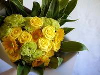 プレミアホテル-TSUBAKI-札幌でのご結婚披露宴に③。ご両親お母様への花束と、新郎とご両親お父様のブートニア。2018/07/28。 - 札幌 花屋 meLL flowers