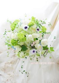 卒花嫁様より クラッチブーケ 軽井沢石の教会さまへ ヤグルマギク  とソロモンの輪詐欺 - 一会 ウエディングの花