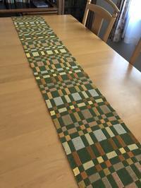 二重織りテーブルランナーが織り上がりました。 - 手染めと糸のワークショップ