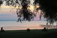 暑さ逃れ湖畔で愛でる夕焼けの空、トラジメーノ湖 - イタリア写真草子 Fotoblog da Perugia