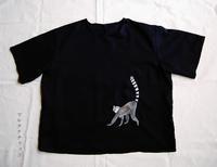 ワオキツネザルの刺繍Tシャツ - マルチナチャッコ
