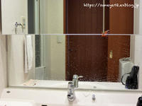 洗面所の鏡に目隠しシート - カリフォルニアの広い空、と日本の空は繋がっている