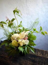暑中お見舞のアレンジメント。「白ベース、涼しげに」。南19条にお届け。2018/07/30。 - 札幌 花屋 meLL flowers