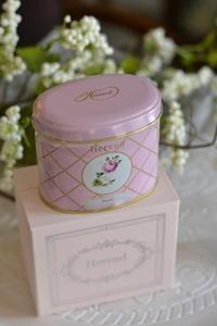 ご来店へのお礼とイニシャル入りティーカップケーキ - Something Sweet