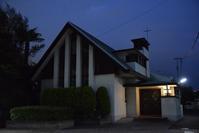 日本基督教団高輪教会 - ブルーアワーの街の情景