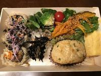 「玄米ロールとつくねの彩り野菜弁当」374kcal - よく飲むオバチャン☆本日のメニュー