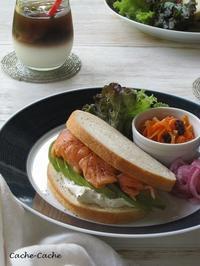 スモークサーモンとアボカドとクリームチーズのサンドイッチでワンプレート♪ - Cache-Cache+