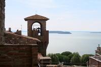 中世の城塞からトラジメーノ湖を望む、パッシンニャーノ - イタリア写真草子 Fotoblog da Perugia