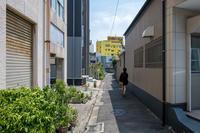 黄色いビルの路地 - ライカとボクと、時々、ニコン。
