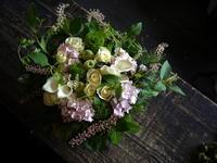 お誕生日の女性へアレンジメント。「白~グリーンで、涼しげに」。南2西27にお届け。2018/08/08。 - 札幌 花屋 meLL flowers