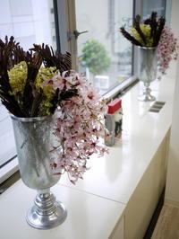 定期的にお取替えしている「歯科 おいしい幸せ」さんのアーティフィシャルフラワー(造花)ディスプレイ。2018/08/09。 - 札幌 花屋 meLL flowers