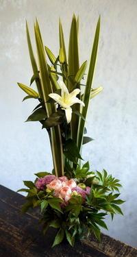 お盆用のアレンジメント。「背高め。白~ピンク。バラも可」。もみじ台西7にお届け。2018/08/10。 - 札幌 花屋 meLL flowers