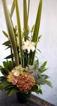 お盆用のアレンジメント。「白~グリーンメイン」。南15条にお届け。 - 札幌 花屋 meLL flowers