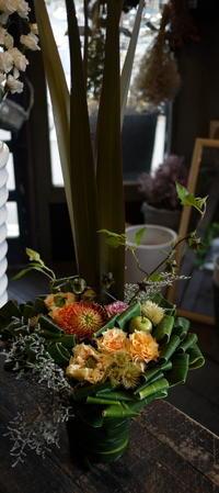 お盆用のアレンジメント。「華やか、バラも可」。15:10頃ご来店。2018/08/12。 - 札幌 花屋 meLL flowers