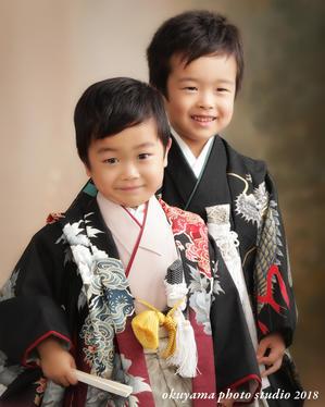 兄弟でキリリ、かわいい笑顔の姿 - 写真のオクヤマ フォトギャラリー