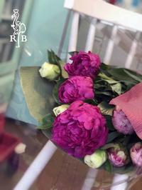 母の日の花と誕生日ケーキ - Rainbow Bakery