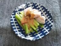 キュウリと鶏ハムのピリ辛胡麻ドレ和え、花椒風味 - Minha Praia