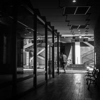 建物の向こうに隠れつつあるオトコ - Silver Oblivion