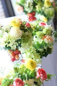 壁を飾る装花黄色とコーラルピンクアンカシェット様へ - 一会 ウエディングの花