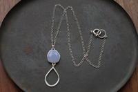 ブルーカルセドニーグラスホルダーネックレス - 石と銀の装身具