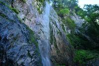 源流の滝と黄金色の洞窟阿古滝・瑪瑙窟 - 峰さんの山あるき