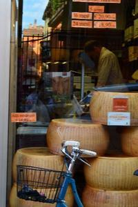 ボローニャの可愛いパルミジャーノ屋さん - アルルの図書館* 旅する古道具屋