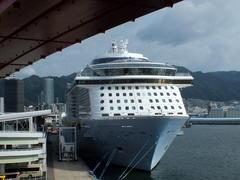 """8月19日(日)、神戸港第4突堤の客船""""QUANTUM OF THE SEAS""""は今日17時の出港予定です -"""