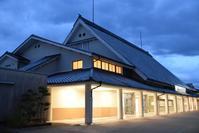 橿原神宮前駅 - ブルーアワーの街の情景