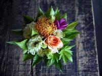 お供えのアレンジメント。「バラも可」。13:00頃ご来店。2018/08/14。 - 札幌 花屋 meLL flowers
