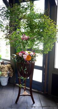 お母様のお誕生日に、お客様持ち込みの木製スタンドにアレンジメント。平岸2条にお届け。2018/08/17。 - 札幌 花屋 meLL flowers