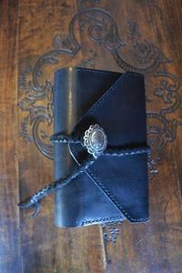 黒い手帳カバー三つ折り - dahliacyan