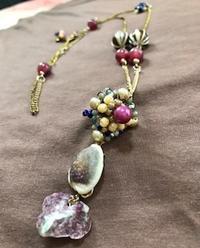 紫色の貝殻ネックレス - 着まわせない